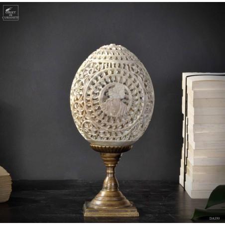 Oeuf avec camées, en pierre sculptée socle laiton (Stéatite claire)