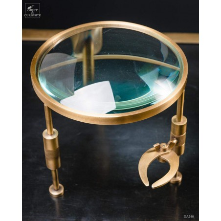 Bumpy magnifying glass with pincer on brass feet
